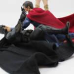 Une figurine de Batman et une figurine de Superman en train de se battre