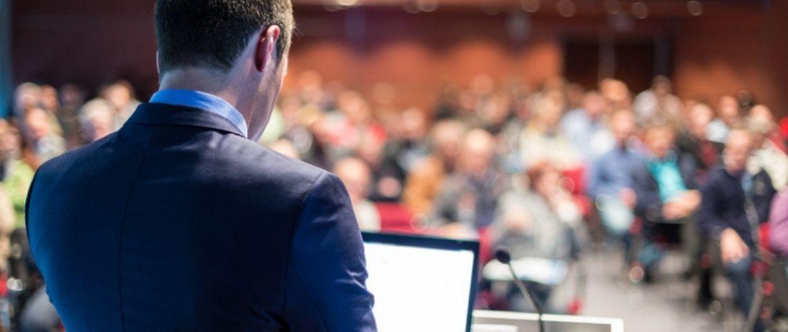 Un homme s'adressant à une assemblée