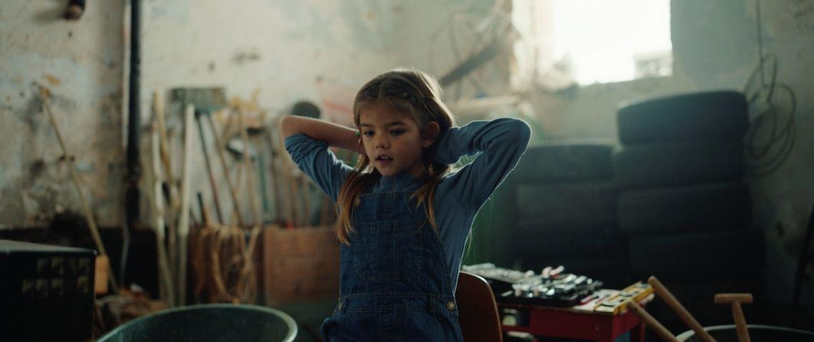 Petite fille sur une chaise