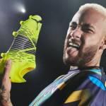 Neymar Jr. avec une basket jaune fluo dans la main et tirant la langue