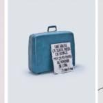 """3 affiches : à gauche, une chaise avec la pancarte """" une chaise ça sert à s'asseoir, moi ca m'a aidé à me relever"""", au milieu une valise avec la pancarte """" une valise ca sert à partir en voyage, moi ca m'a permis de revenir de loin"""" et à droite, une lampe avec la pancarte """"Une lampe ça sert à m'éclairer, moi ca m'a aidé à sortir de l'ombre"""""""