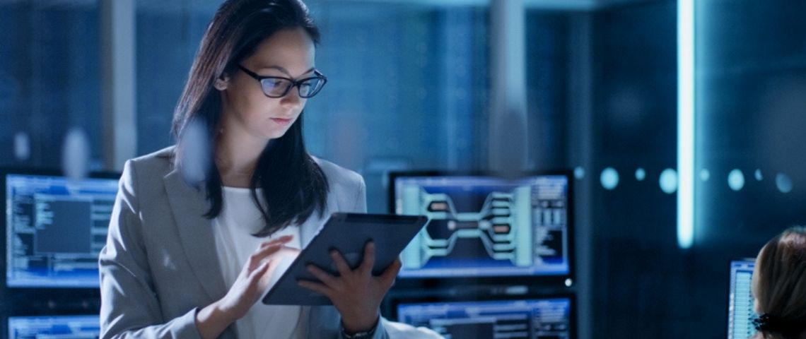 Une femme sur une tablette