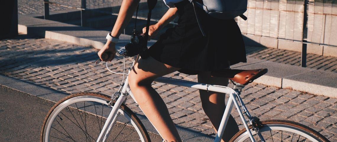 Jeune femme faisant du vélo