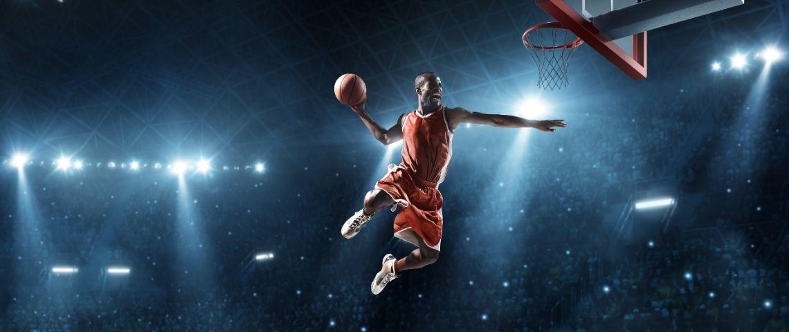 Jouer ude basket en train de marquer un panier