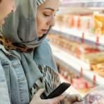 Couple regardant une étiquette dans un supermarché