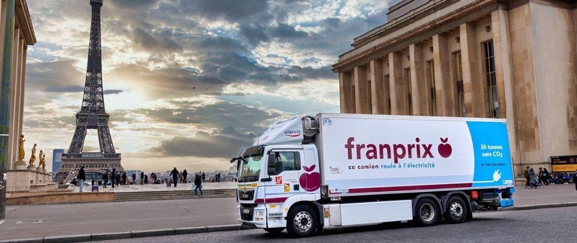 Camion électrique avec le logo Franprix et en arrière plan la Tour Eiffel
