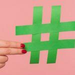 Une main de femme en train de tenir un hashtag