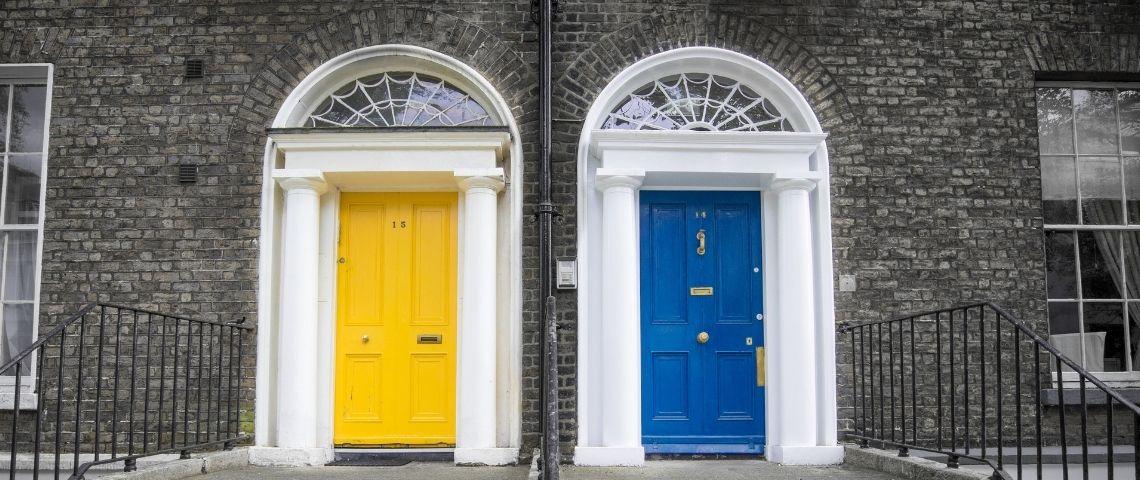 Deux portes de maison, une jaune et une bleue