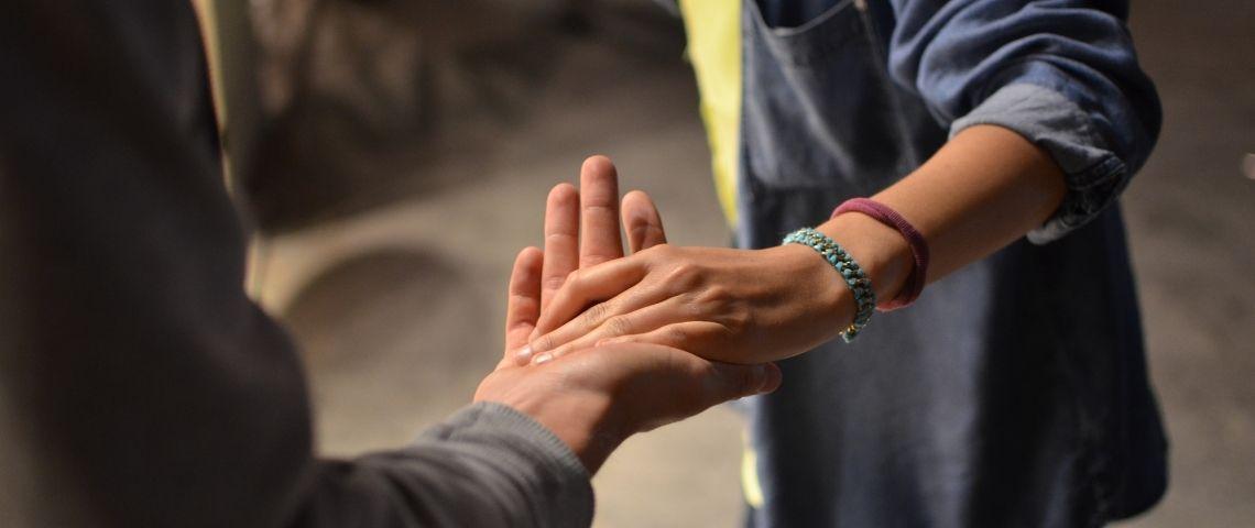 Personne tendant la main à une autre