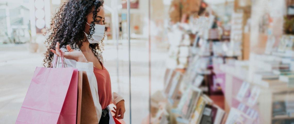Une femme fait du shopping