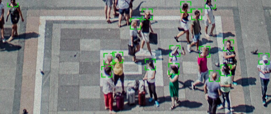 Vidéo d'une foule en extérieur avec système de reconnaissance faciale