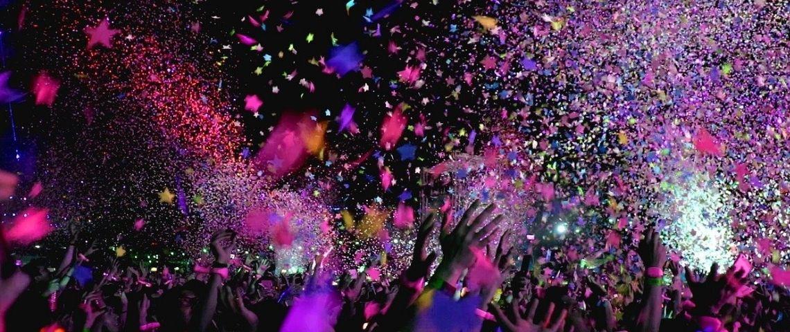 Concert avec des personnes lançant des confettis