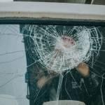 Une personne bloquée dans un véhicule avec la vitre cassée