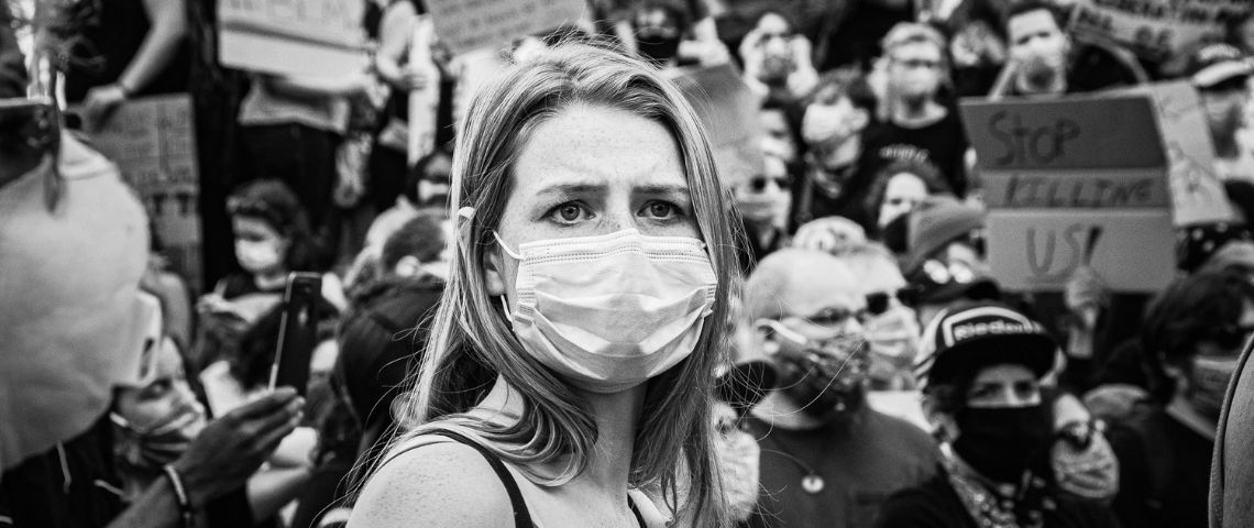 Une masque avec un masque chirurgical