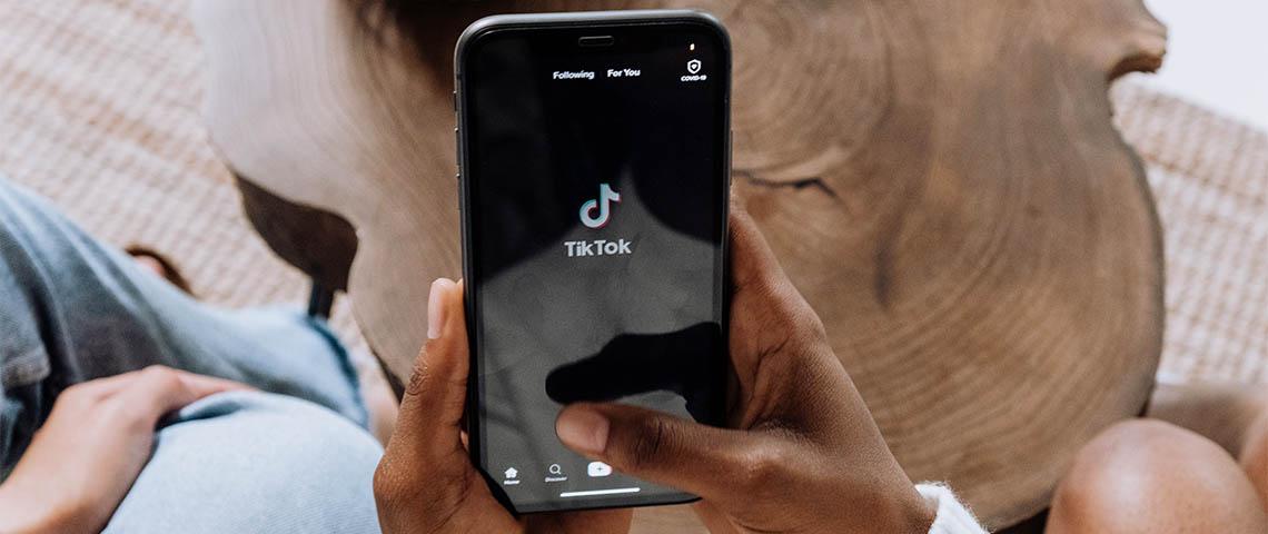 Une personne utilisant l'application TikTok sur son smartphone