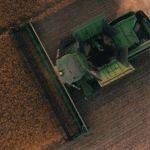 Une moissonneuse dans un champs