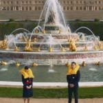 Une hotesse de l'air et un steward devant les fintaines du château de Versailles