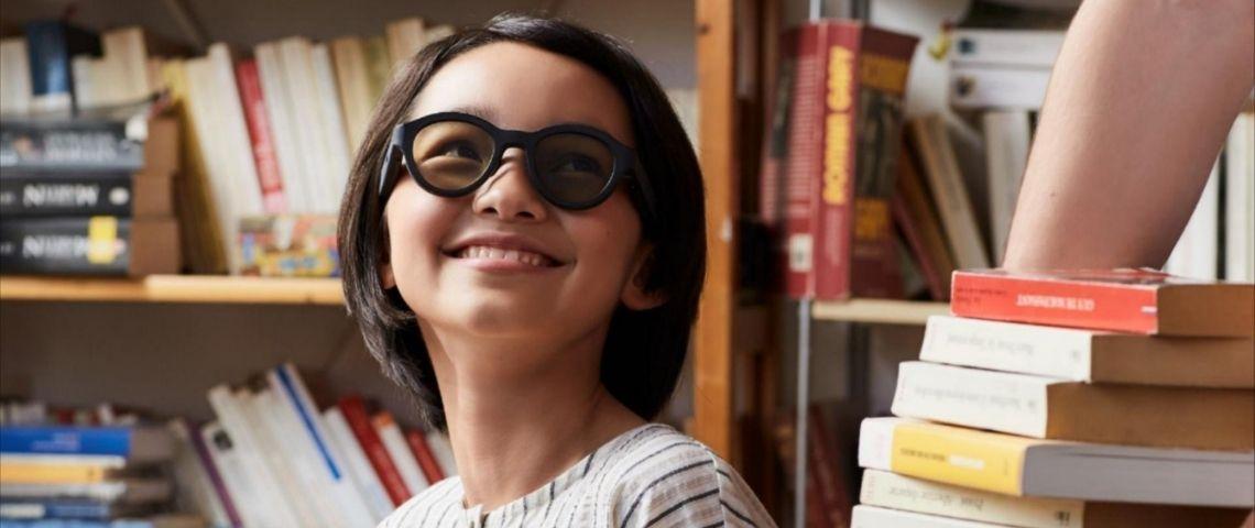 Petite fille portant les lunettes d'Atol destinées aux enfants dyslexiques