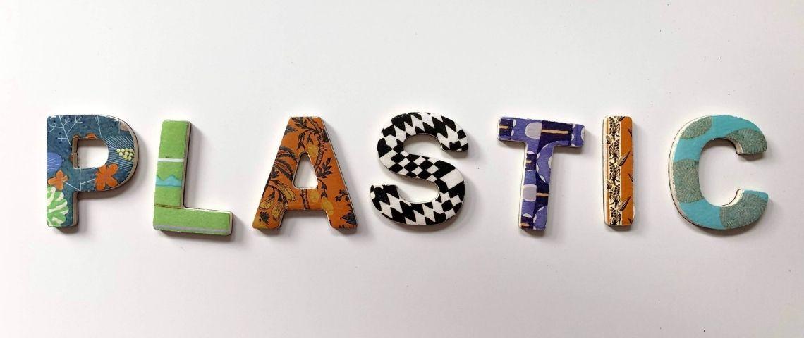 Mot Plastic écrit avec des différentes textures et matières
