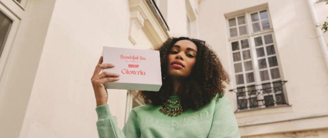 Jeune femme tenant une box Glowria dans la main