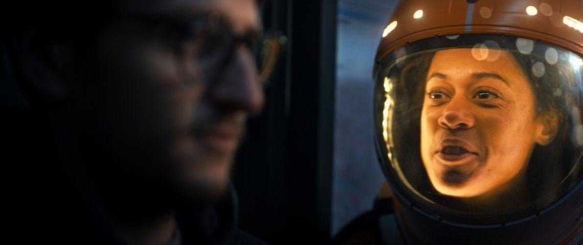 . Une voyageuse intergalactique raconte son épopée au jeune homme à l'arrêt de bus