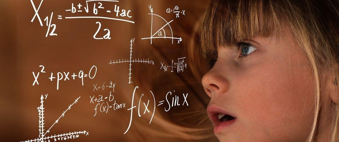 Jeune fille regardant un tableau avec des formules mathématiques