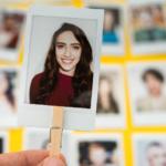 Une photo d'identité d'une femme ressort sur un tas de Des photos d'identité