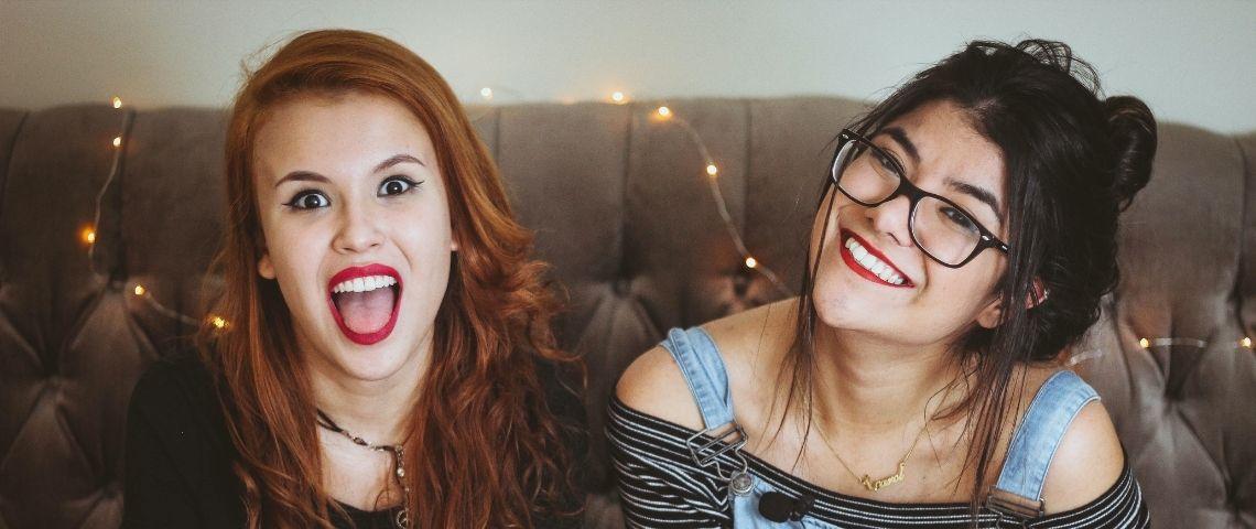 Deux jeunes filles souriantes