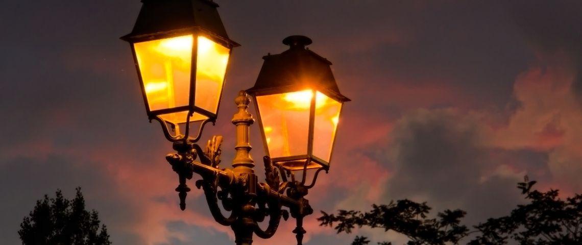 Des lampadaires dans une rue