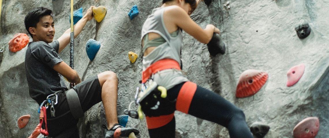 Un jeune garçon et une jeune fille faisant de l'escalade