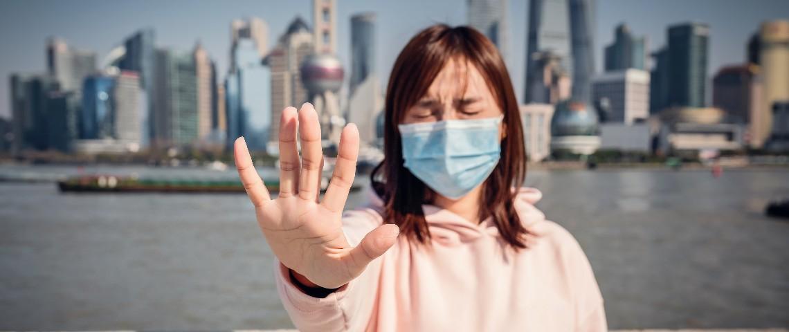 Une femme fait le signe stop de la main à Shanghai