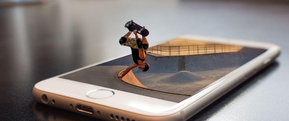 Jeune faisant du skate sur un smartphone