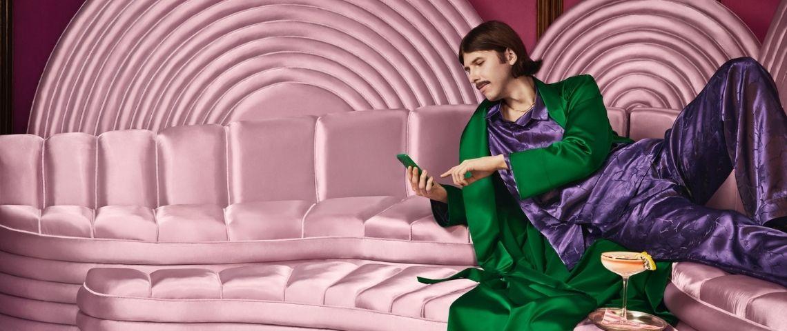 Un homme sur un canapé en satin rose