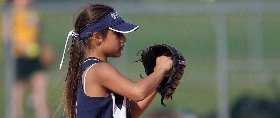 Petite fille jouant au base ball