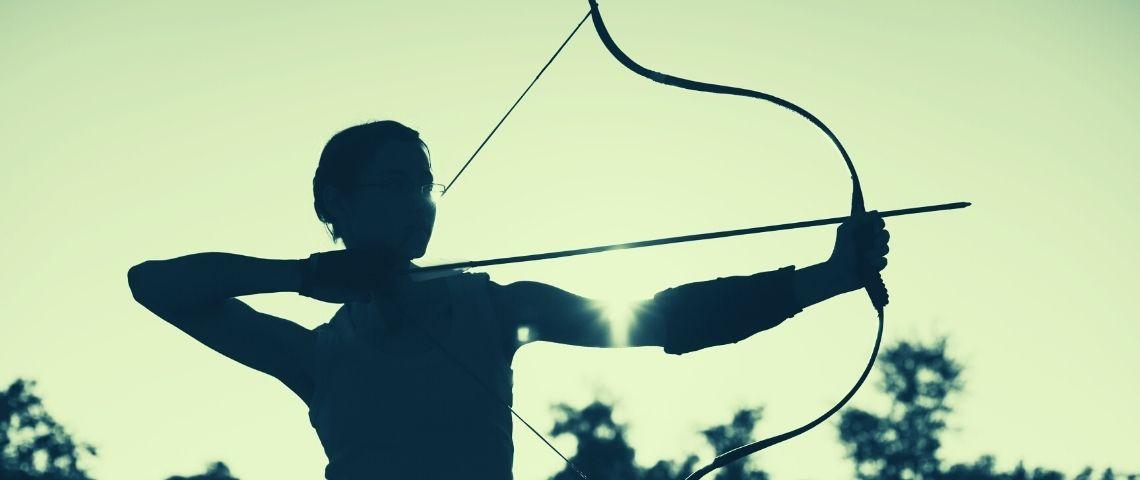 Ombre d'une femme qui fait du tir à l'arc