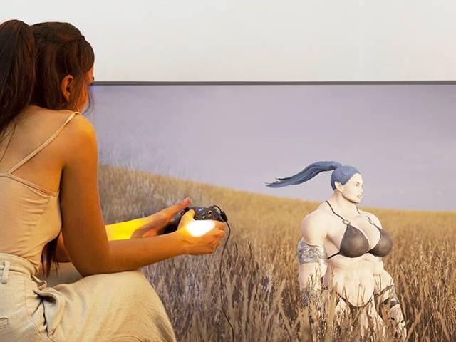 Fille de dos dans la nature jouant à un jeu vidéo sur une grande TV