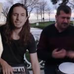 Un chat et deux hommes faisant de la musique