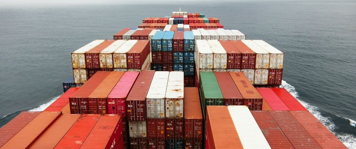 Des conteneurs sur un cargo