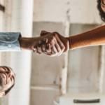 deux clients se serrant la main