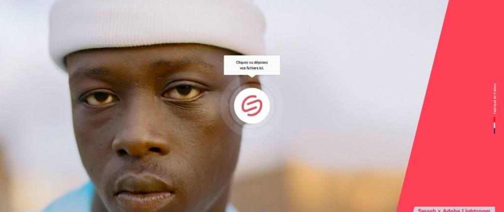 Jeune homme noir avec un bonnet blanc
