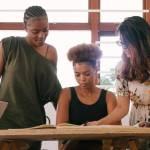 Jeunes femmes en réunion de travail