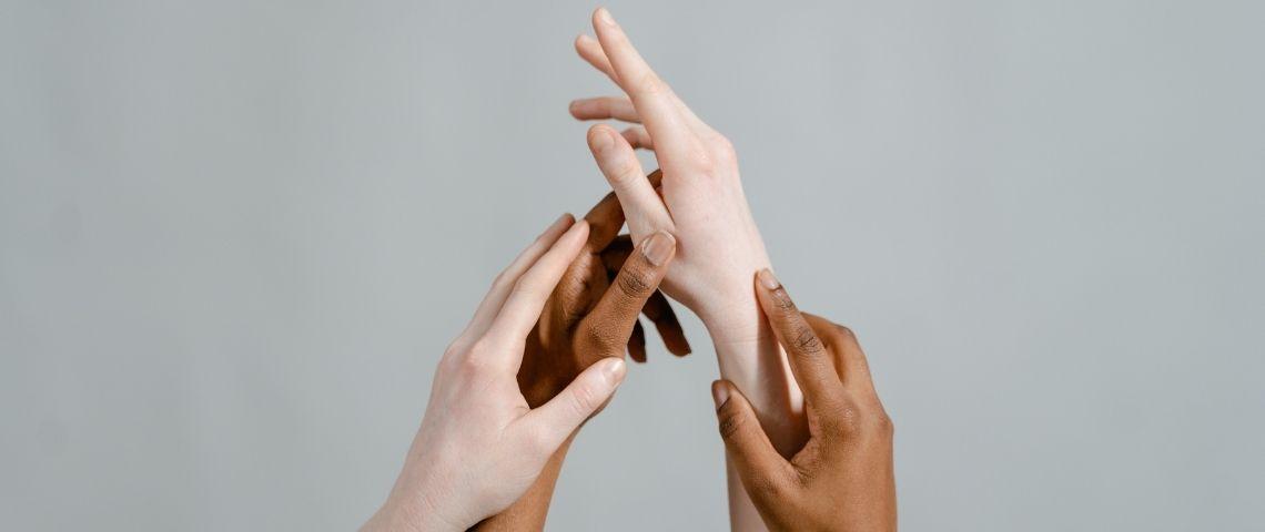 Mains blanches et noires entrelacées