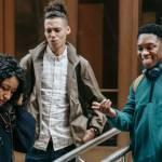 Jeune fille interpellé par deux jeunes garçons dans la rue
