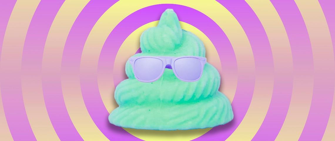 Un emoji caca vert porte des lunettes de soleille