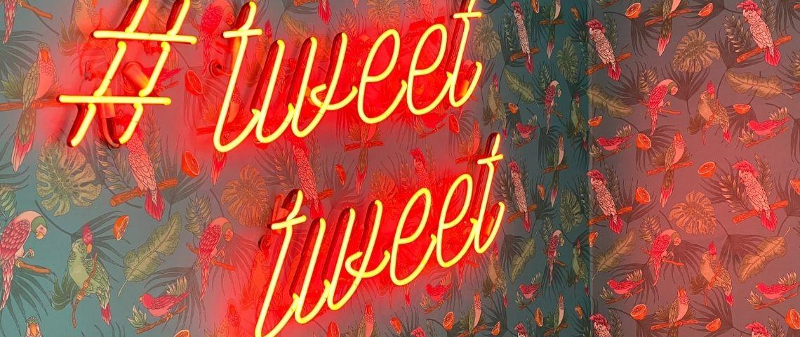 Panneau lumineux avec un hashtag et la mention Tweet écrite 2 fois