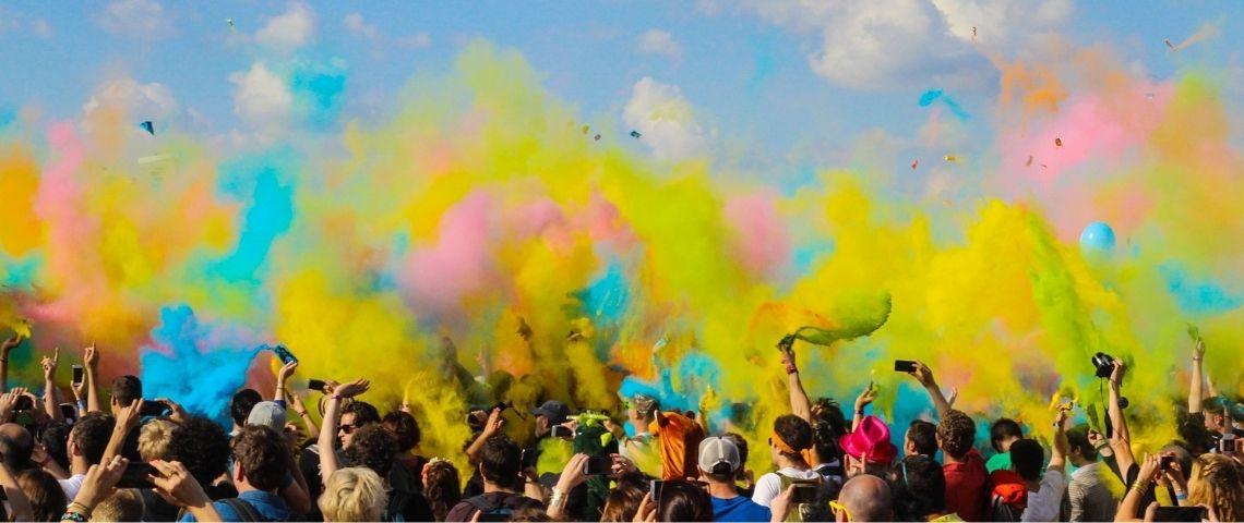 Foule à un concert avec des fumigènes colorés