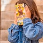 Jeunes enfants avec le visage caché par une tablette de chocolat Krokola