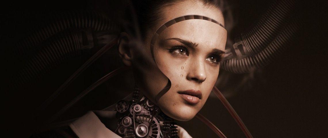 Femme mi-humaine, mi-robot