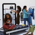 Jeunes femmes dans un showroom