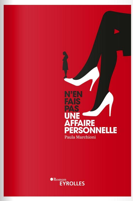 Couverture du livre : « N'en fais pas une affaire personnelle ». Jambes croisées d'une femme, avec une personne sur sa chaussure